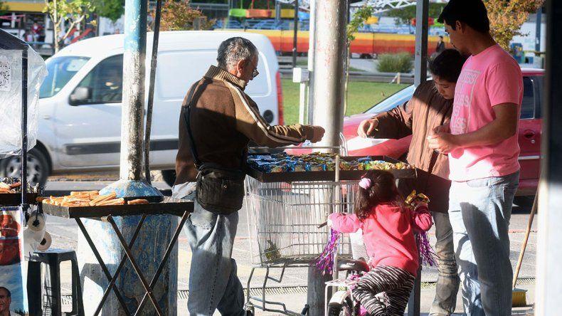 Caen puestos de venta callejera en el Bajo neuquino