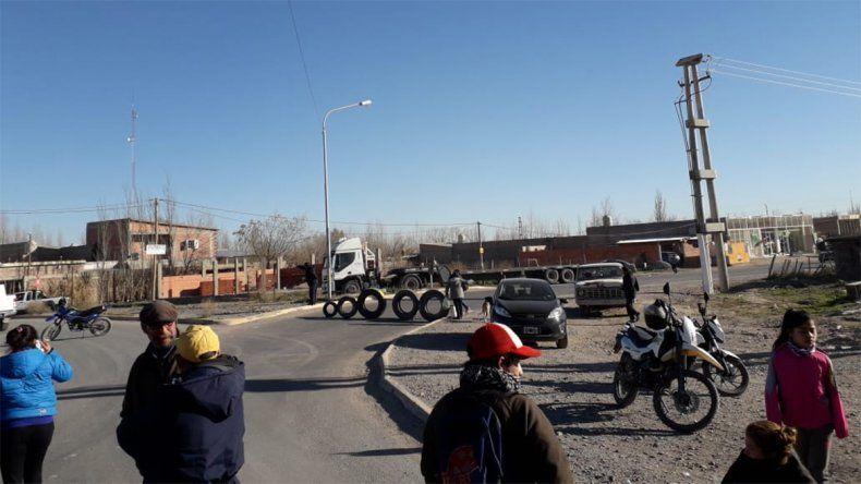 Reclaman por regularización de la luz y cortan calles en el Parque Industrial