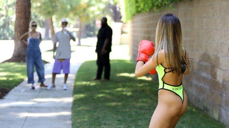 Justin Bieber fue increpado por una mujer en trikini y ¡guantes de boxeo!