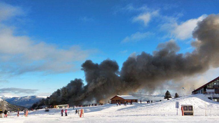 Impresionante incendio consumió un local de alquiler de ropa de esquí en la base del cerro Chapelco