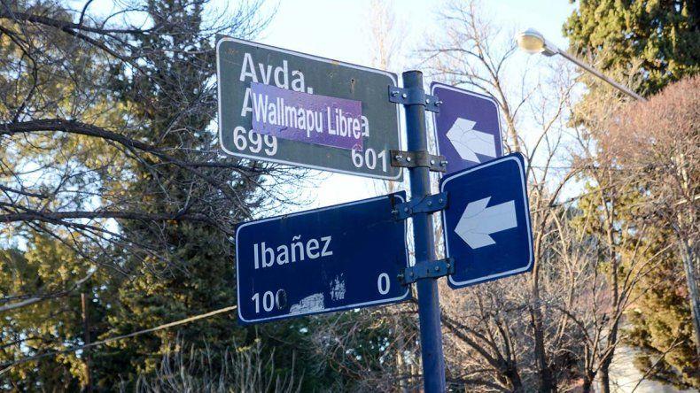 Pechi contra el pueblo mapuche por unos carteles en los nomencladores de la Avenida Argentina
