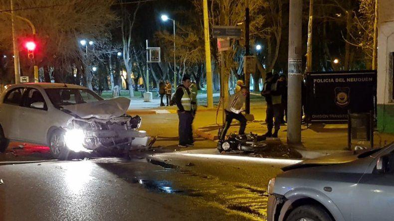 Un adolescente murió en su moto tras chocar con un auto mientras corría picadas en pleno centro de Centenario