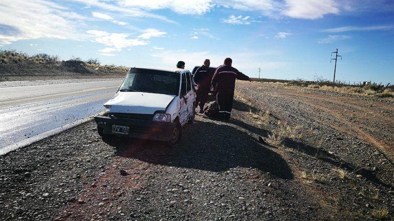 Intentó hacer un sobrepaso y casi choca de frente con otro vehículo