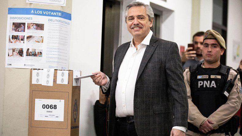 Alberto Fernández votó y puso en duda el recuento