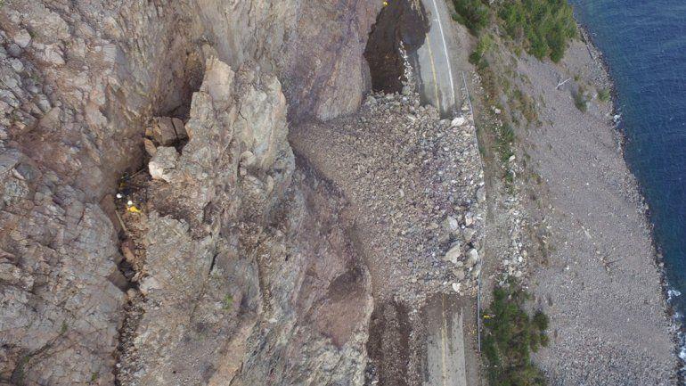 Ya perforan la roca para liberar la ruta en La Angostura