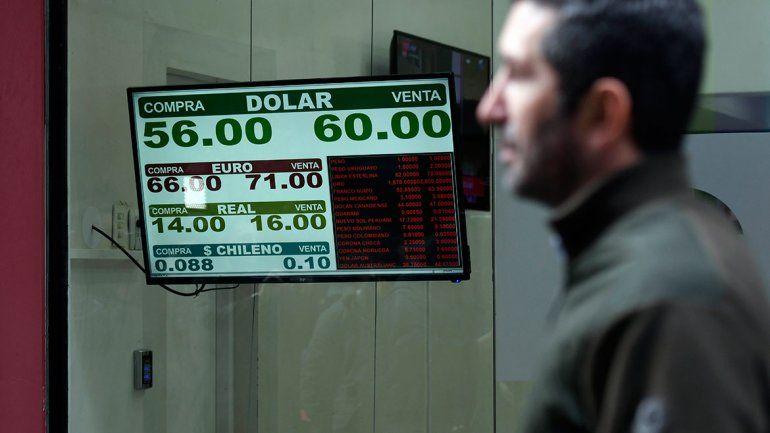 El dólar subió un 23 por ciento y cerró por encima de los 57 pesos tras las PASO