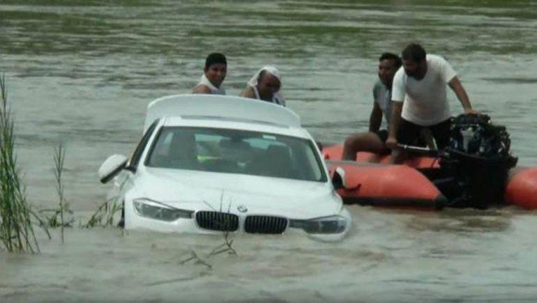 Insólito: tiró al río un BMW porque a sus padres les pidió un Jaguar