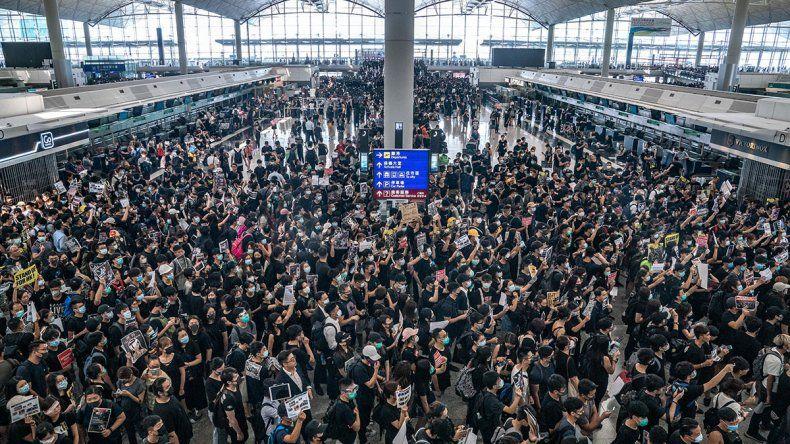 Una masiva toma en el aeropuerto de Hong Kong