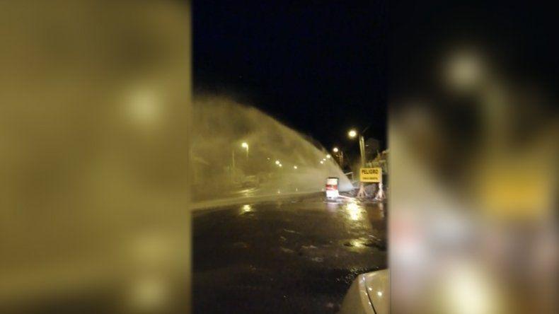 Se rompió un caño de agua y un gran chorro inunda la calle