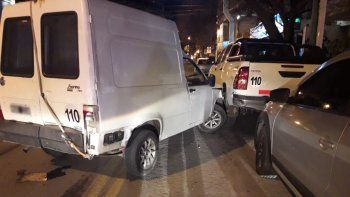 borracho choco a una hilux estacionada en pleno centro