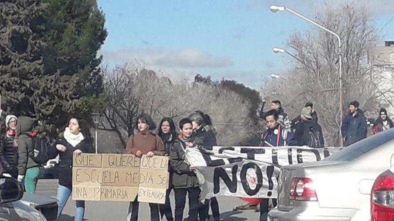 Estudiantes protestaron en la ruta contra el diseño curricular