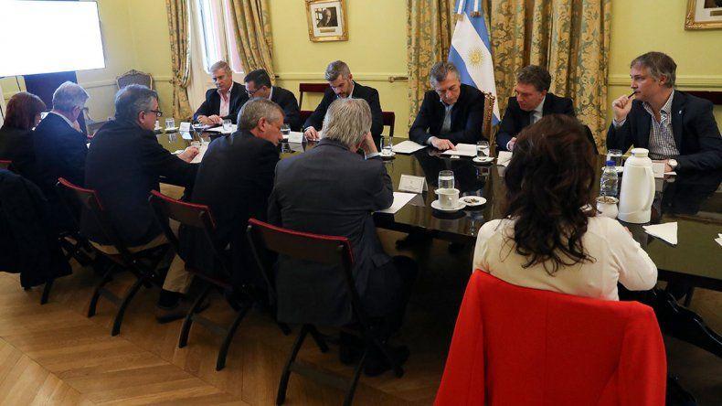 El riesgo país cerró por encima de los 2000 puntos y Macri llamó a una reunión de emergencia