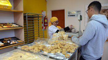 Panaderías de San Martín regalan pan a los más necesitados.