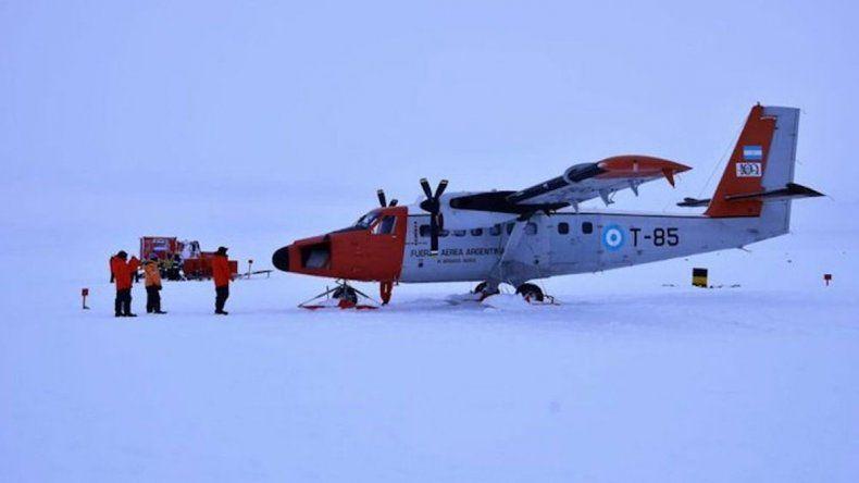 Rescatan a tripulantes de un avión de la Fuerza Aérea accidentado en la Antártida