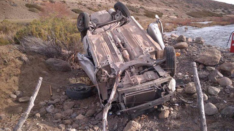 Ruta 242: no dobló en una curva, volcó y murió su esposa