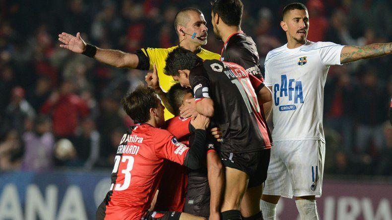 Colón goleó y pasó a semifinales