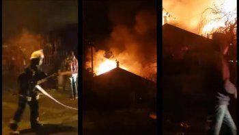 bomberos intentaban contener un incendio y vecinos los golpearon