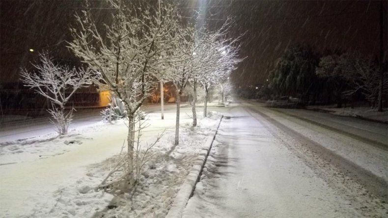 La nieve vistió de blanco a la comarca petrolera y complica las rutas de la provincia