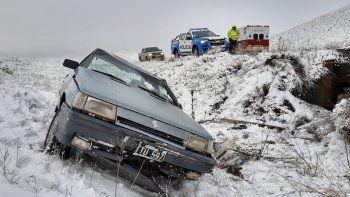 ruta 40: el hielo y la nieve le hicieron perder el control de su auto y termino volcando