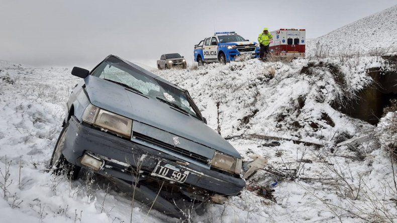 El hielo y la nieve le hicieron perder el control de su auto y terminó volcando en la Ruta 40