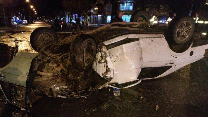 Insólito: chocó con una rotonda y terminó destruyendo su auto