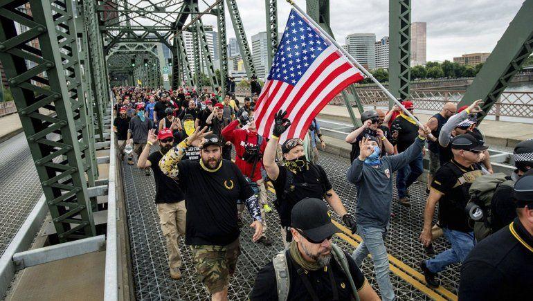 Grupos de derecha y antifascistas, a las piñas en EE.UU.