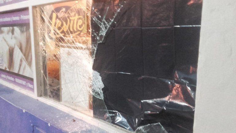 Rompieron el vidrio de una panadería y se llevaron tortas y gaseosas