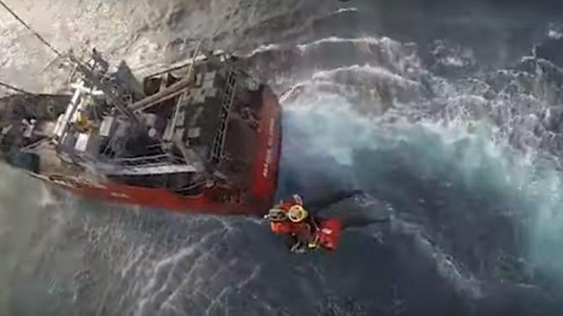 Espectacular rescate en helicóptero a un marinero que se descompensó mar adentro