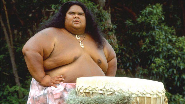 La historia del gigante hawaiano que conmovió al mundo con su canción y su funeral en el mar