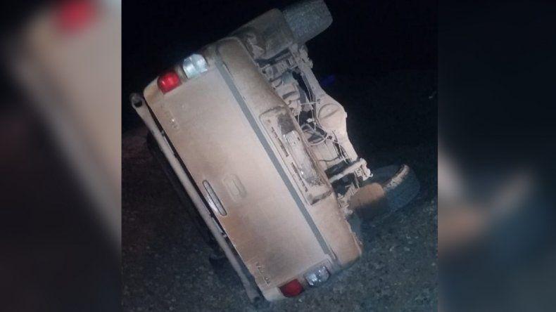 Un conductor chocó contra un montículo de tierra y volcó cerca de Loma La Lata