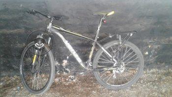 cayo con una bicicleta robada de un edificio en el bajo neuquino