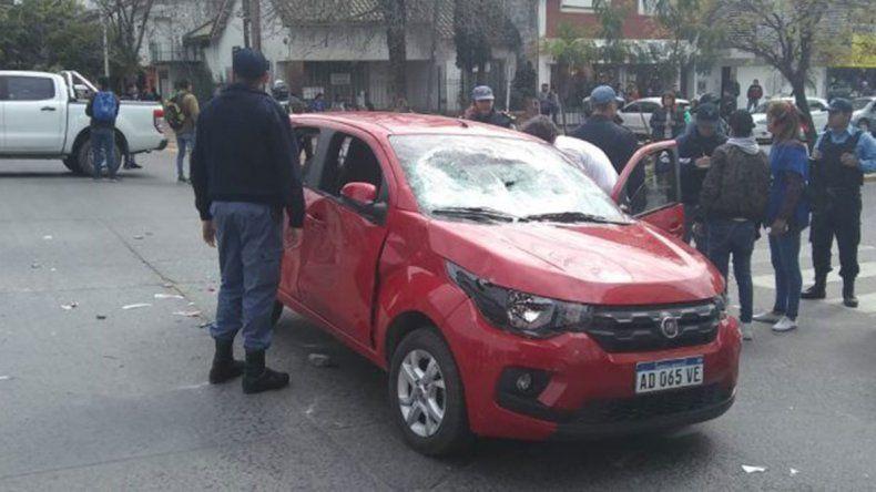Video: atropelló a cinco manifestantes en un piquete, le destrozaron el auto y casi la linchan
