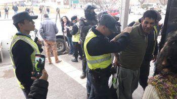 con un gran despliegue policial, detuvieron a un hombre que vendia medias en la calle
