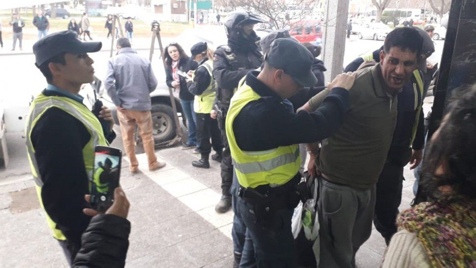 Con un gran despliegue policial, detuvieron a un hombre que vendía medias en la calle
