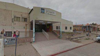 parque industrial: a una alumna de la escuela 154 se le cayo un porton encima