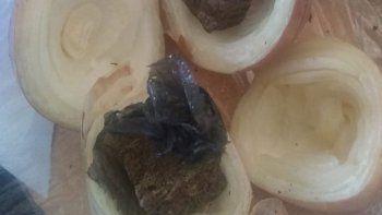 le mando droga a un preso dentro de una cebolla