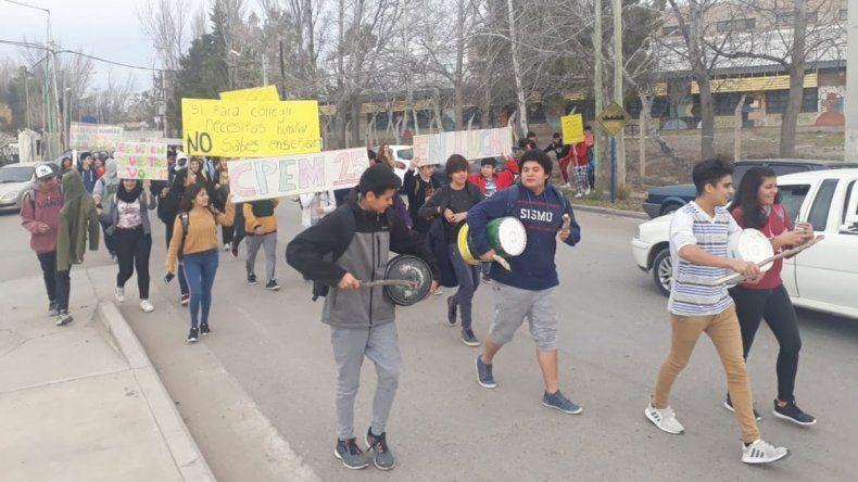 CPEM 25: estudiantes siguen con el reclamo y el personal no quiere retomar las clases