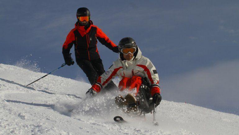 Sufrió un grave accidente y es el primer instructor de esquí con discapacidad