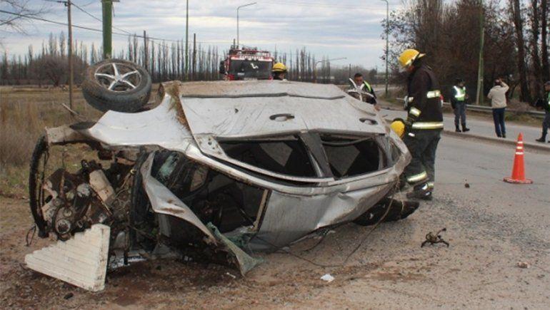 Tragedia en Centenario: un joven de 21 años huyó de un control de tránsito, volcó y murió