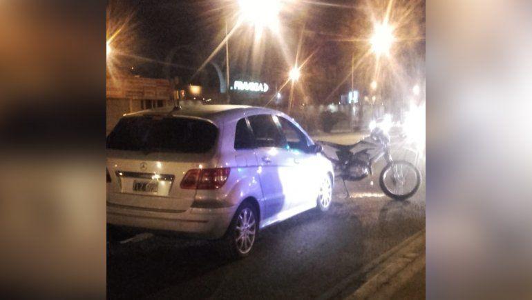 Ruta 22: un motociclista resultó herido tras impactar contra un auto