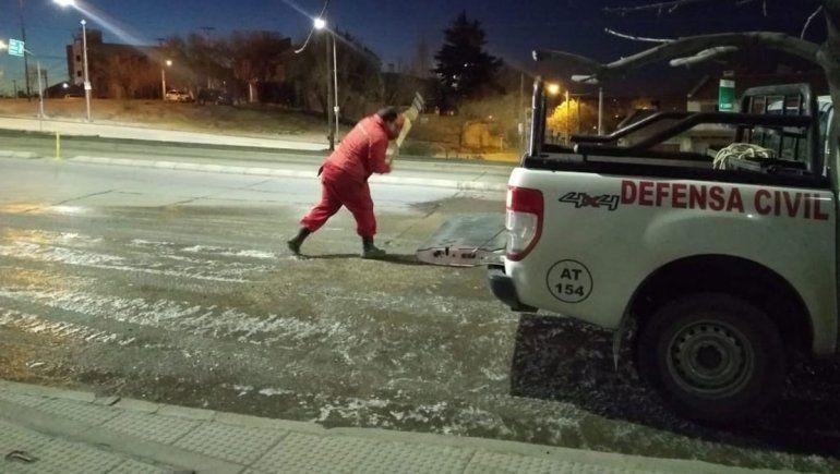 Por el hielo, limpian calles y piden circular con precaución
