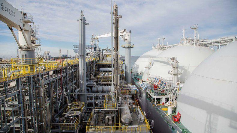 Vaca Muerta tiene otra cita con la historia: YPF empieza a producir GNL en la barcaza