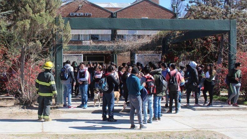 Suspendieron las clases en el CPEM 1 de Centenario tras evacuar a los alumnos por una pérdida de gas