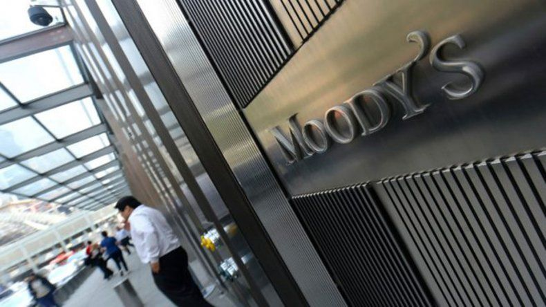 Moodys le bajó la nota a 10 empresas energéticas de Argentina