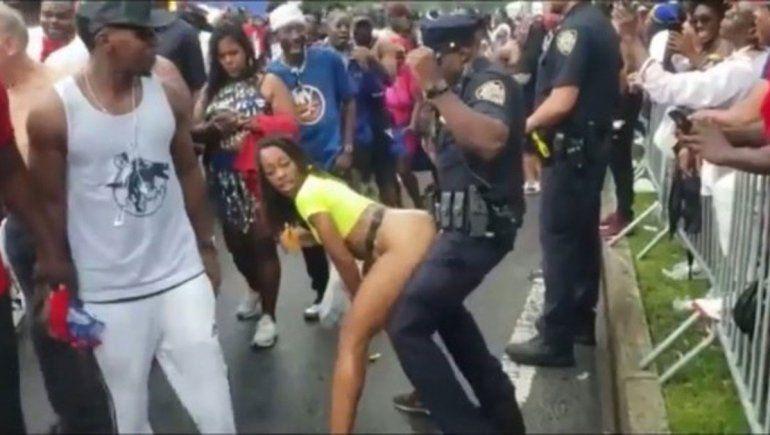 Video: policías fueron filmados mientras bailaban con chicas semidesnudas