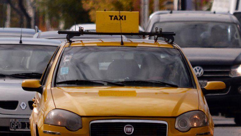 Con un cuchillo, amenazó a un taxista y le robó