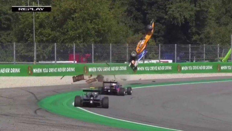 Espectacular vuelco en la F3: voló más de 10 metros, chocó contra el muro y salió caminando