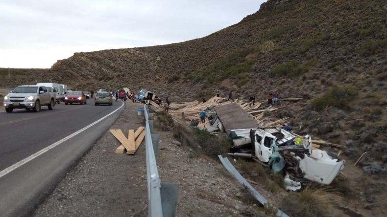 Perdió el control de su camión y terminó volcando en la Ruta 40