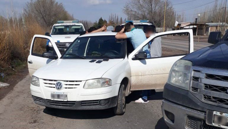 Encontró a tres chicos robando en su casa, los persiguió y los atrapó en la ruta