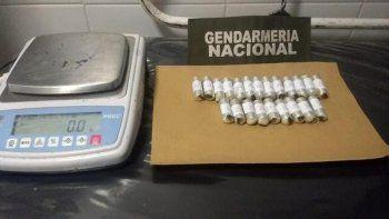 viajaba a neuquen con 49 capsulas con cocaina y lo atraparon
